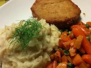 aardappel-venkelpuree met herfstburger en erwten en wortelen