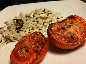 wilde rijst met tofu en geroosterde tomaten